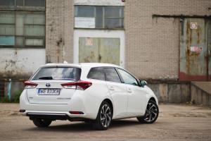 2016-toyota-auris-hybrid-touringsports-test-2