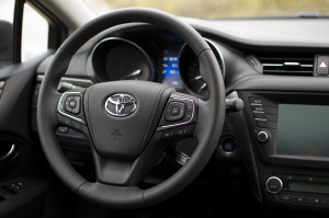 2015-toyota-avensis-touring-sports-09
