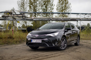 2015-toyota-avensis-touring-sports-13