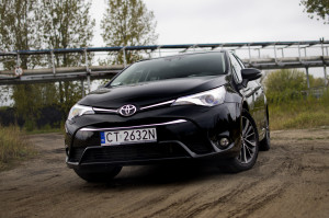 2015-toyota-avensis-touring-sports-14