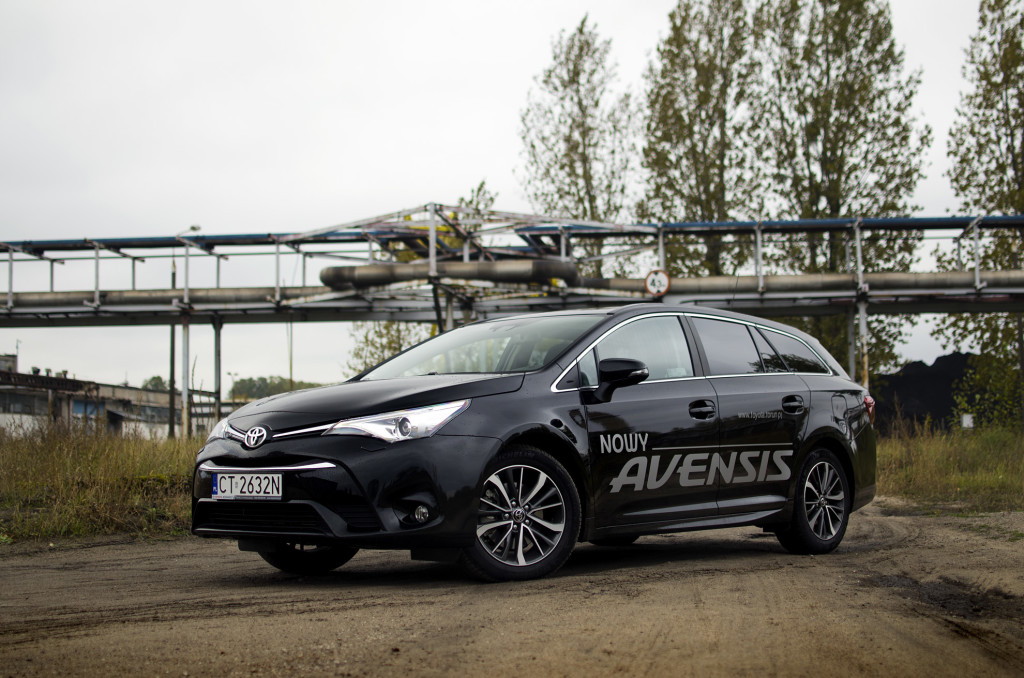 2015-toyota-avensis-touring-sports-15