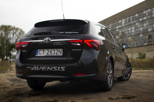 2015-toyota-avensis-touring-sports-19