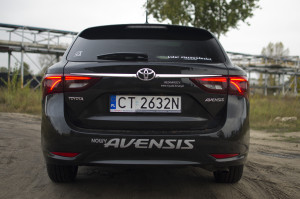 2015-toyota-avensis-touring-sports-23