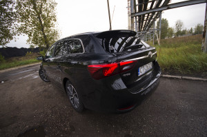 2015-toyota-avensis-touring-sports-27