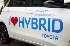 2015-toyota-yaris-hybrid-08