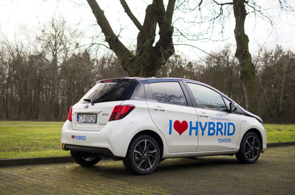 2015-toyota-yaris-hybrid-13