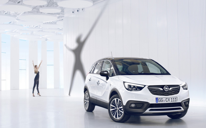 X-tremely cool: From the front, the Crossland X confidently displays a prominent grille with shining Opel Blitz.