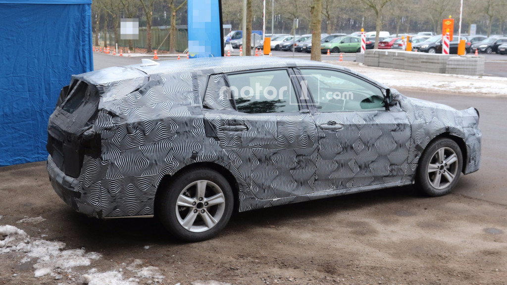 2018-toyota-avensis-wagon-spy-photo (2)
