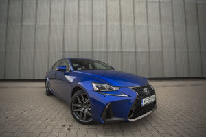 2017-lexus-is300h-f-sport-test-19