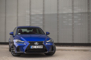 2017-lexus-is300h-f-sport-test-21