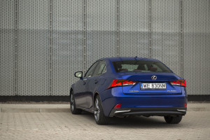 2017-lexus-is300h-f-sport-test-29