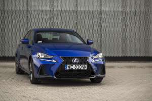 2017-lexus-is300h-f-sport-test-4