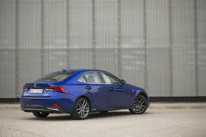 2017-lexus-is300h-f-sport-test-55