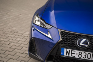 2017-lexus-is300h-f-sport-test-7
